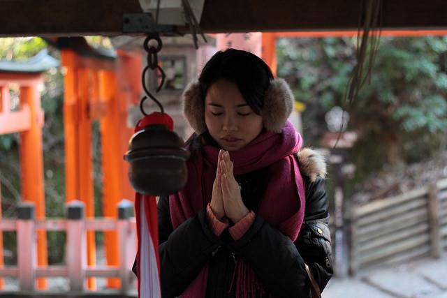 Rezando en el santuario shintoísta - Foto de: Japanexperterna